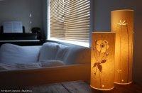 Настольные бумажные фонарики в интерьере спальни