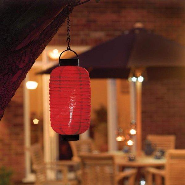 подвесной фонарик в интерьере уличного кафе