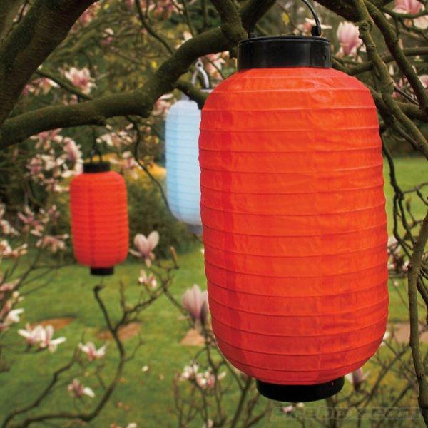 подвесные китайские фонарики в весеннем саду