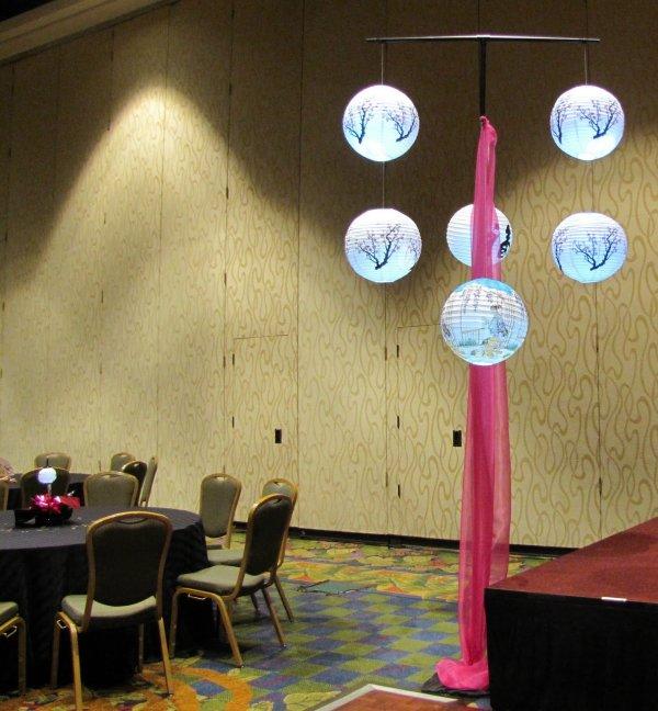 подвесные фонарики в интерьере кафе