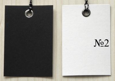 лицевая и оборотная сторона чёрно-белых бирок из картона / двухцветные бирки крафт