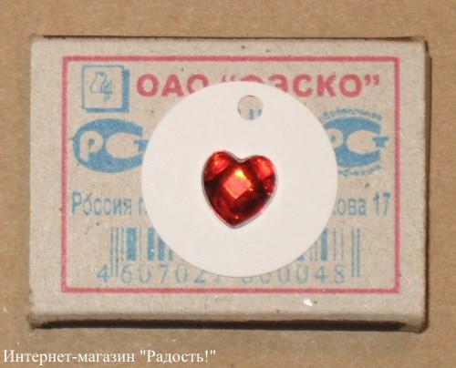 белая картонная бирка с красным акриловым сердечком