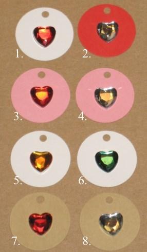 картонные бирки разных цветов с акриловыми сердечками