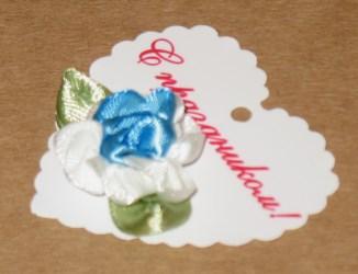 Двухцветные цветы из атласных лент, вид сбоку