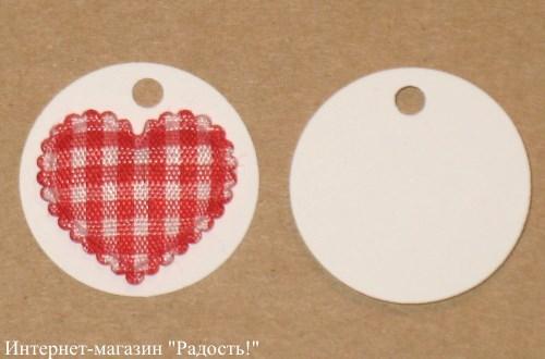 3. белая бирка из картона с красным в клетку атласным сердечком