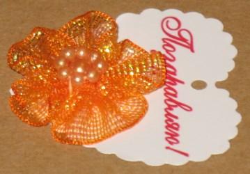 Цветы из органзы с биркой-сердечком из картона