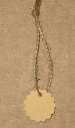 Малые круглые бирки для изделий ручной работы, с волнистым краем / фото крафт-бирок