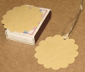 Большие круглые бирки для изделий ручной работы, с верёвочкой, демонстрация размера / фото бирок