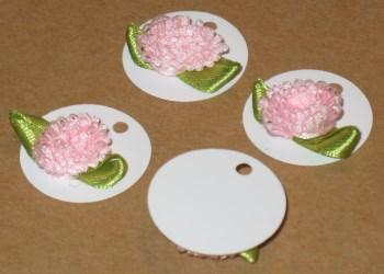 белые картонные бирки с махровым цветком