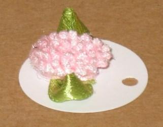 белая бирка из картона с розовым махровым цветком