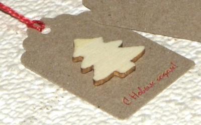 новогодние бирки из крафт-картона с ёлочкой