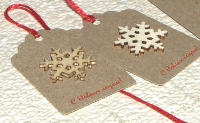 картонные бирки для нового года, с деревянной аппликацией снежинка