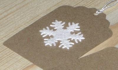 бирки со снежинкой из крафт-бумаги для нового года
