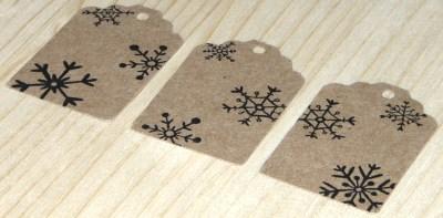 фото: набор из картонных 12 бирок, бумага крафт, со снежинками