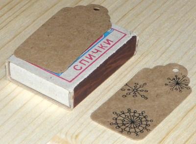 фото показывает размер картонных бирок из крафт картона, для нового года, со снежинками