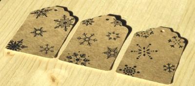 бирки из крафт-картона, со снежинками, на новый год, размер 68*45 мм, фото в лучах заката