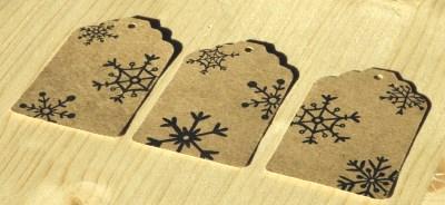 фото крафт-бирок со снежинками, для товаров и подарков под новый год