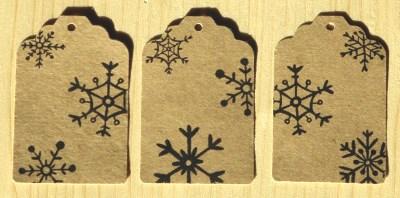 фото крафт-бирок со снежинками, для новогодних товаров или подарков
