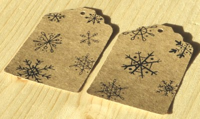 10 бирок со снежинками, крафт-картон, для новогодней упаковки / фото в лучах вечерней зари, не обрабатывалось, кликните для увеличения
