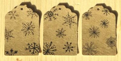 фото бирок со снежинками из крафт-картона, для новогодней упаковки товаров или подарков