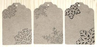 фото: бумажные бирки с новогодним узором снежинки, из картона крафт, для оформления новогодних сувениров, подарков, товаров