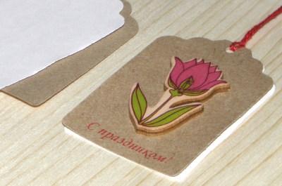 Ярлычки из тёмного крафт-картона с тюльпаном.