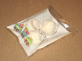 фото: пирожные упакованы в целлофановый пакетик