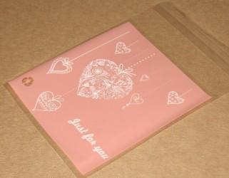 Розовые пакетики из целлофана с белым узором Сердце, фото