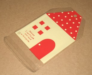 """фото: внешний вид красного целлофанового пакетика """"Домик"""", размер пакета - 11х15 см"""