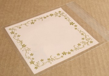 фото: розовый целлофановый пакет с золотым орнаментом из цветов