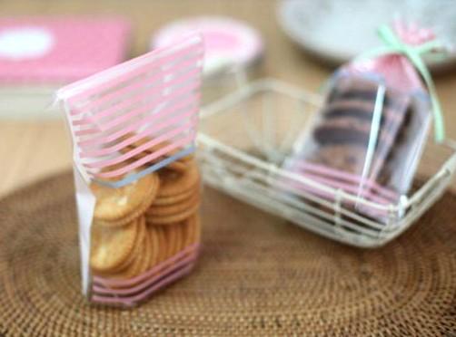 фото: упаковка крекеров в целлофановый пакет
