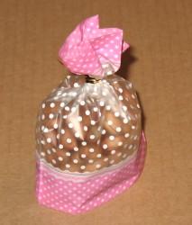 розовый целлофановый пакет в белый горошек, вид сбоку, фото