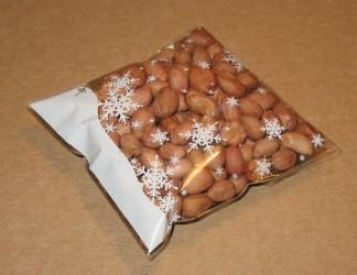 в целлофановый пакет со снежинками упакован арахис