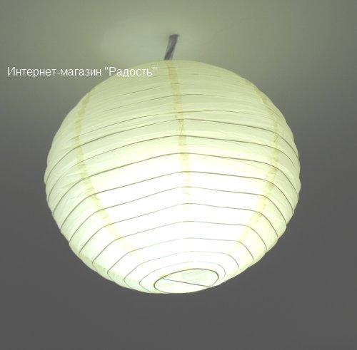вид потолочного абажура из бумаги бежевого цвета со светодиодной лампой