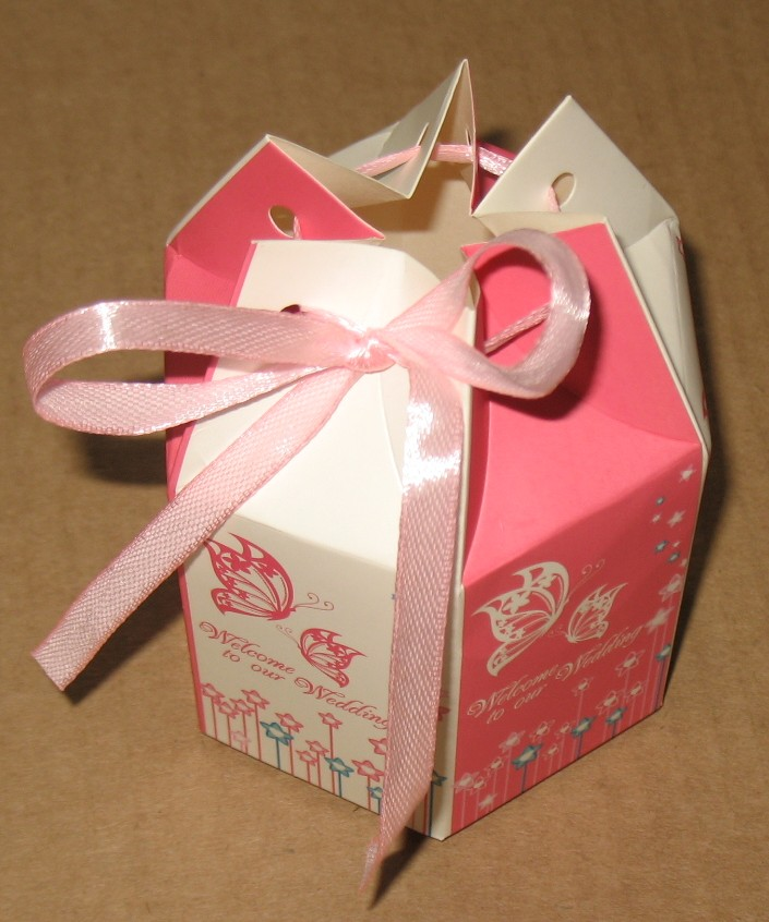 бело-розовая свадебная коробка (бомбоньерка) с лентой, 6-угольной формы