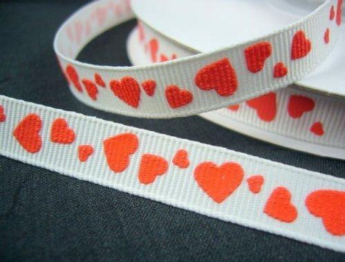 """9.35: Ленточка с красными сердечками из набора белых крепсовых лент с рельефным рисунком """"Сердечки"""": длина набора - 6 метров, ширина ленты 1 см"""