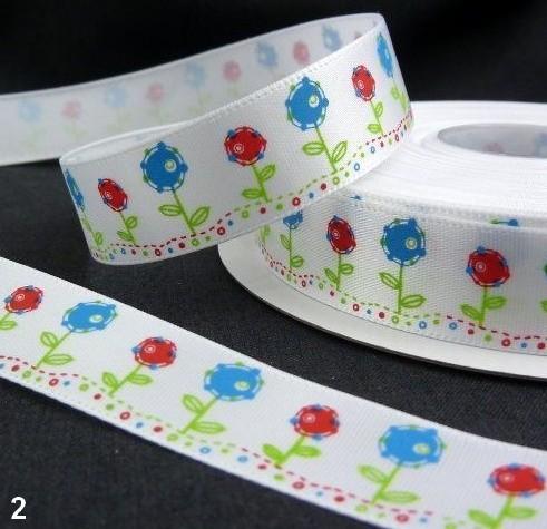 9.91: Белая декоративная атласная лента с цветочным рисунком: синие и красные цветочки