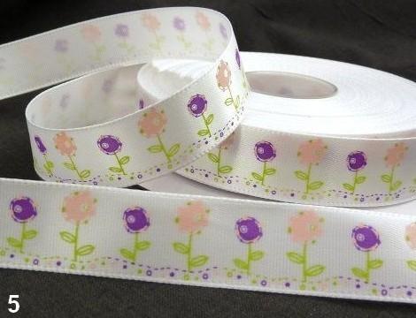 9.91: Белая атласная лента с цветочным рисунком: розовые и фиолетовые цветочки. Ширина ленты - 16 мм