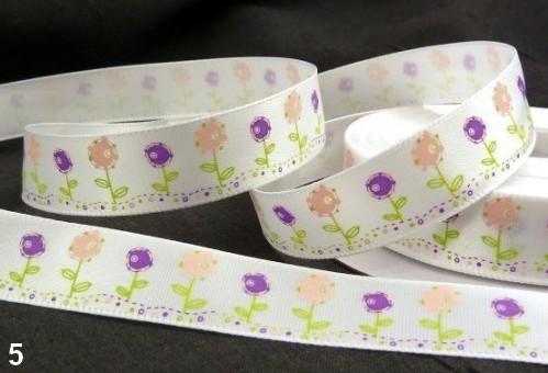 9.91: Белая атласная лента с цветочным рисунком: розовые и фиолетовые цветы. Ширина ленты - 16 мм