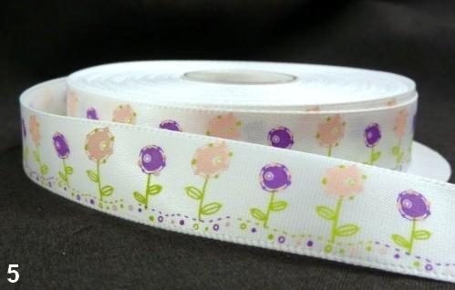 9.91: Белая атласная лента с цветочным рисунком: розовые и фиолетовые цветочки