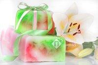 применение атласных лент при оформлении декоративной упаковки для мыла ручной работы