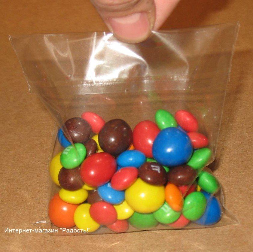 прозрачный целлофановый пакет с клейкой ленточкой для упаковки товаров, фото