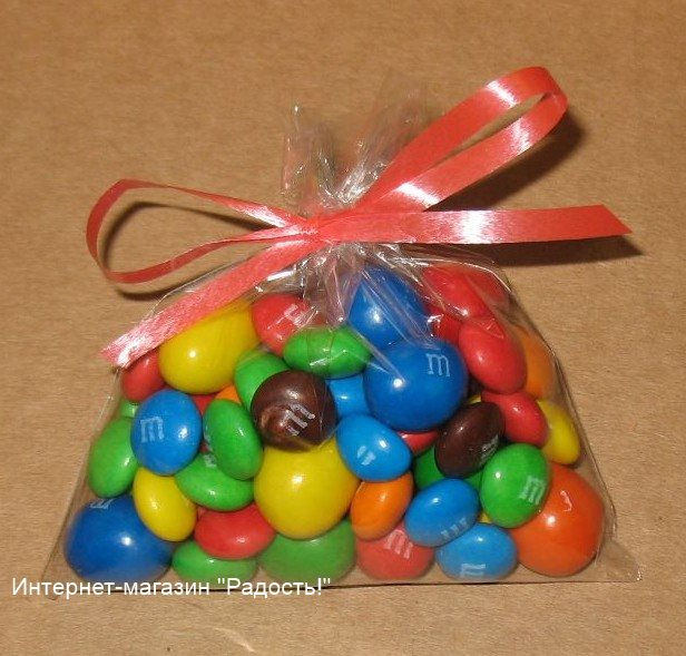 фото: прозрачный пакет из целлофана, упаковано 90 гр конфет, с красной лентой