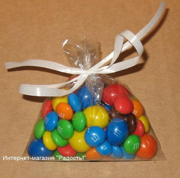 прозрачный целлофановый пакет для упаковки товара, завязан белой пластиковой лентой, фото