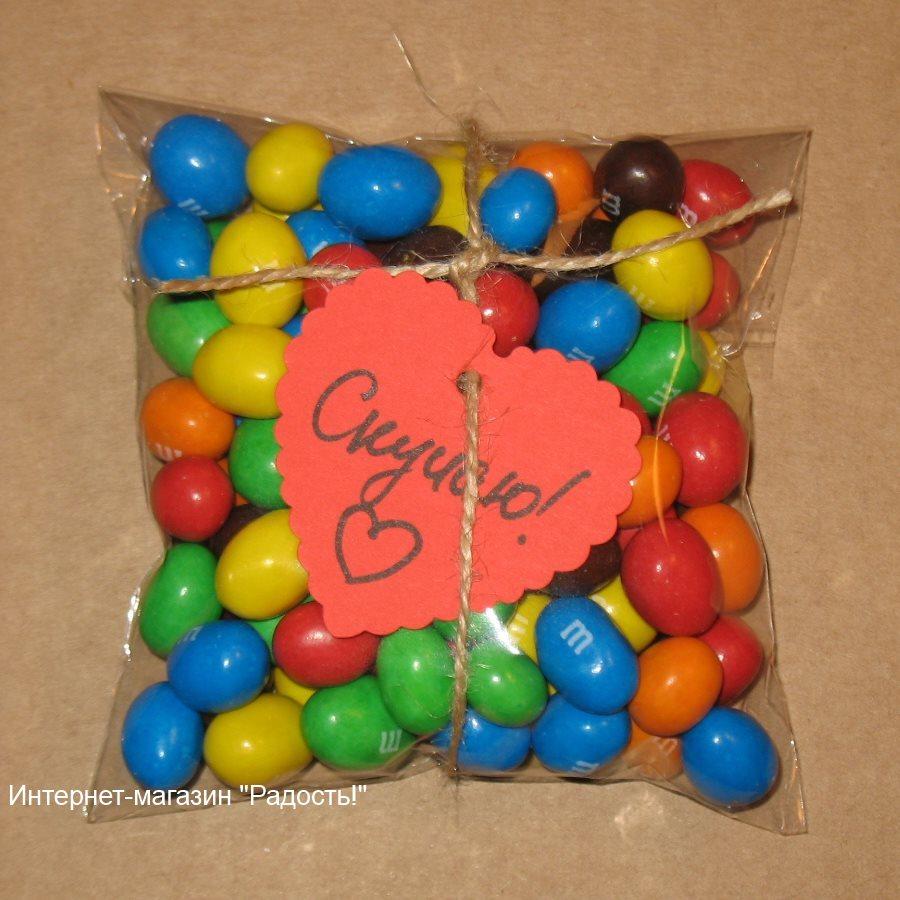 целлофановая упаковка для товара: в прозрачный пакетик из целлофана упакованы конфеты, использован шпагат из джута и ярлычок-сердце, фото