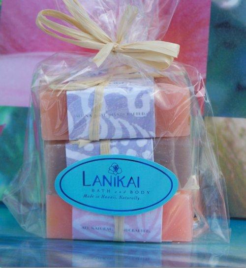 фото: набор мыла ручной работы разных сортов, упакованный в прозрачный пакет из целлофана