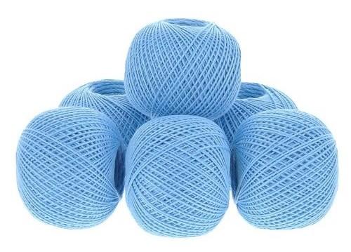 голубые завязанные ниточки