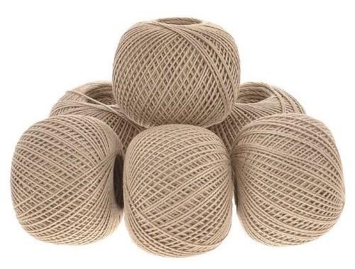 бежевые завязанные нитки оттенка крем-брюле