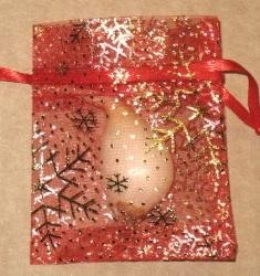 красные мешочки из органзы с золотыми снежинками