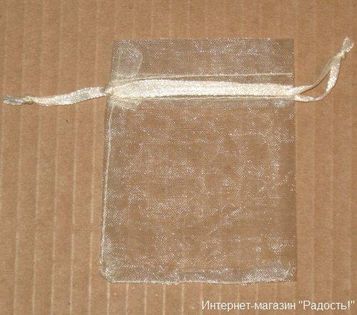 бежевый подарочный мешочек, размер 7х9 см, фото на тёмном фоне